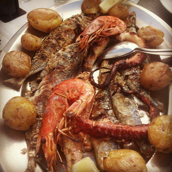 Pescada assada. Batatas ao murro.