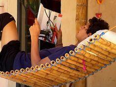 Agulhas de tricô,  peças de decoração e móveis são alguns dos materiais produzidos (Foto: Reprodução / TV TEM)