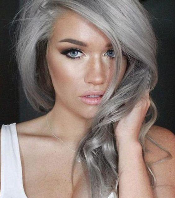 Contrairement à ce que l'on pourrait penser, les cheveux gris ne donnent pas un air vieux