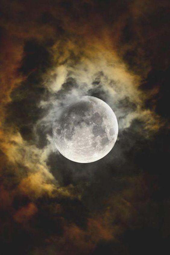 la pleine lune, la lune dévoilée parmi les nuages colorés