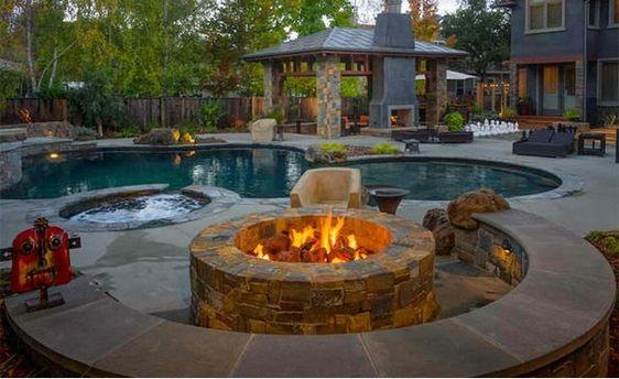 gartengestaltung ideen pergola garten pool und feuerstelle liegen - eine feuerstelle am pool