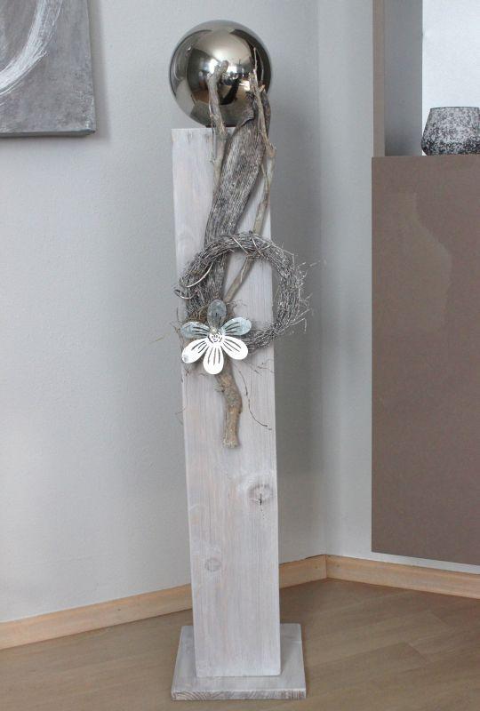 GS89 – Große Säule für Innen und Aussen! Große Säule weiß gebeizt, dekoriert mit einer Edelstahlkugel, natürlichen Materialien, einem Rebenkranz und einer Metallblüte! Preis 79,90 € Höhe ca 100cm