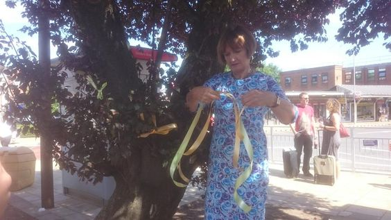 Tessa Jowell putting up ribbons in celebration for the #GoldersGreenTogether campaign.