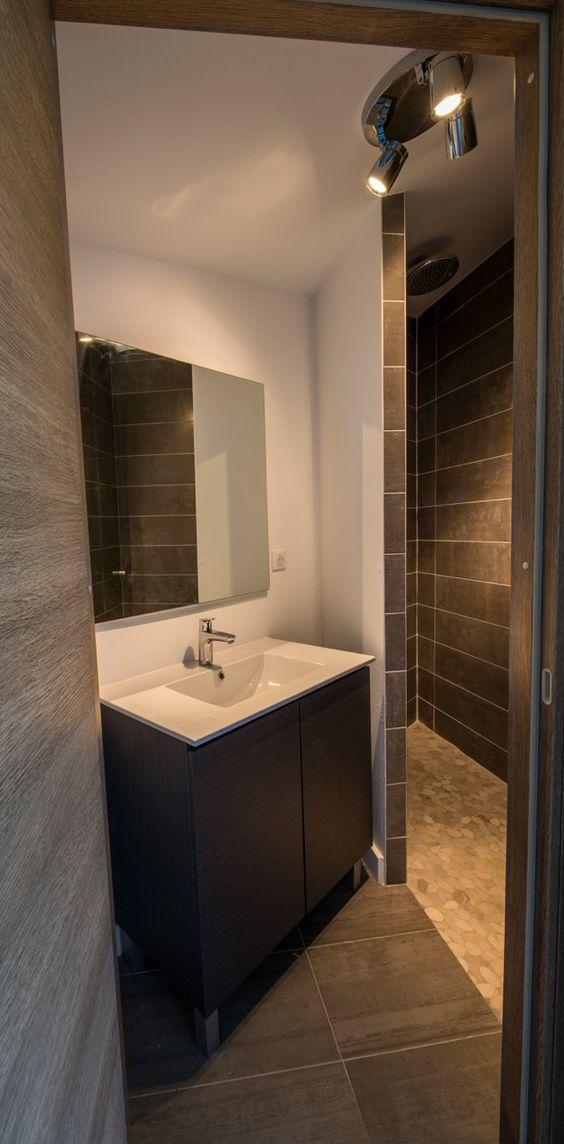 """Salle de bain avec douche italienne dans le duplex de """"La Verrière"""" à Sévrier par l'Atelier d'Architecture Nicoletti à Annecy."""