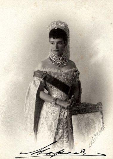 costume de cour -kokochnik (richement décoré de brillants et de pierres précieuses, mais s'apparentait plus à un grand diadème ou une tiare.)