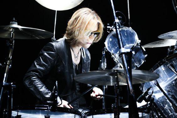 スポットライトの中でドラムをたたいているXJAPAN・YOSHIKIの画像