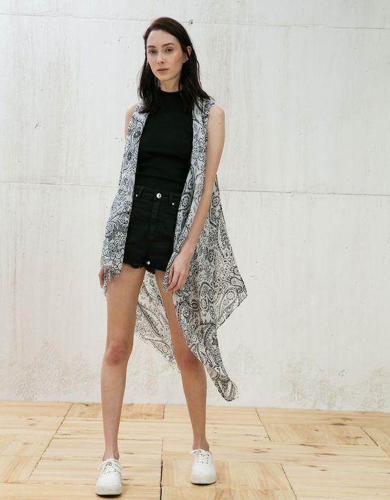 Schalweste mit Muster. Entdecken Sie diese und viele andere Kleidungsstücke in Bershka unter neue Produkte jede Woche