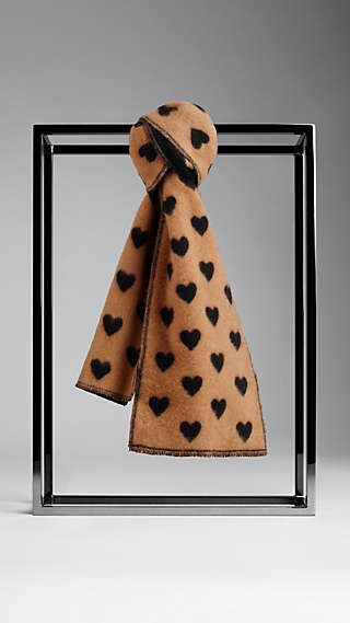 Sciarpa jacquard in cashmere con cuore Seguici diventa nostra fan ed entrerai nel mondo fantastico del Glamour  Shoe shoes scarpe bags bag borse fashion chic luxury street style moda donna