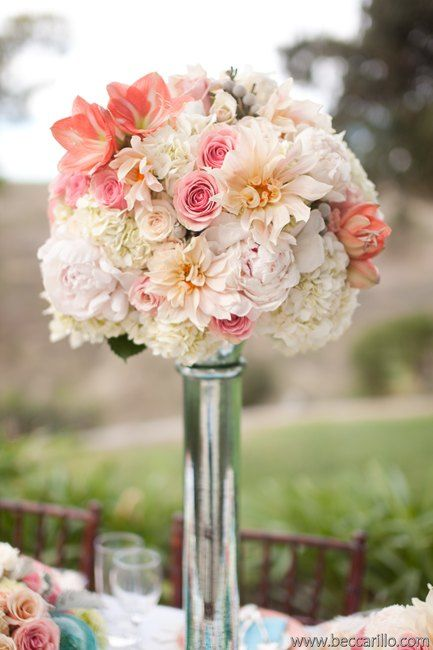 <3 amaryllis! Lovely peach, coral & white centerpiece by http://egfloraldesign.com | Photo by http://beccarillo.com