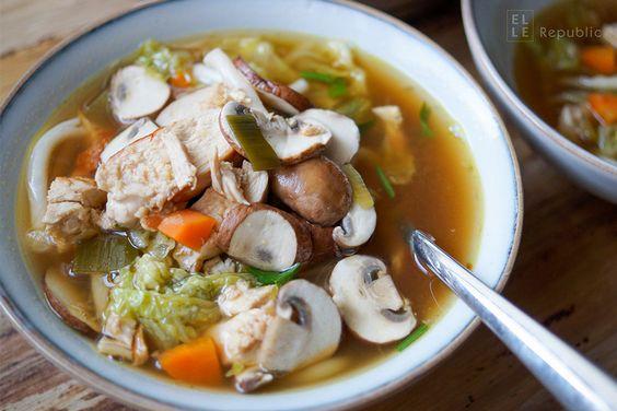 Asiatische Hühnersuppe mit Nudeln, Chinakohl, Karotten, Reisessig, Sesamöl und Udon-Nudeln. Einfache und leckere Rezepte für Suppe die wirkt gegen Erkältung