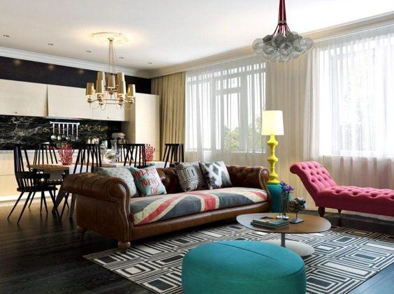 un salon élégant de style Pop Art et un tabouret bleu