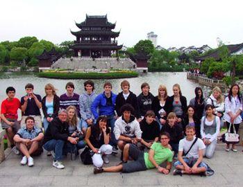 China Klassenfahrt 2009 vom Schickhardt Gymnasium Stuttgart. Gruppenbild vor der Stadttor Panmen in Suzhou.