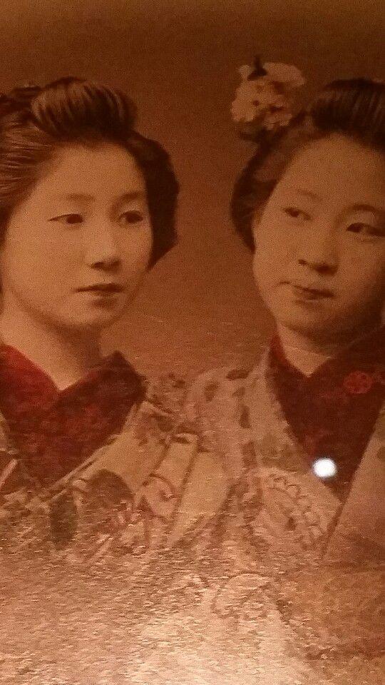 Old pic of two geisha Gils. Rijksmuseum Volkenkunde Leiden.
