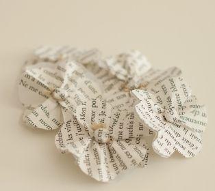 faire des petites fleurs en papier de récup et les fermer avec les attaches parisiennes: