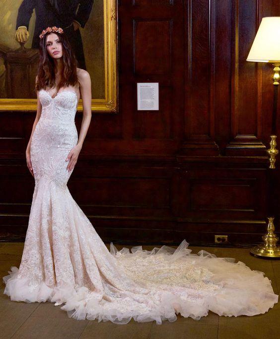 Vestido de noiva Berta Bridal desfilados na NY Bridal Week no modelo tomara que caia em formato coração. Rendado com brilho, o vestido segue o estilo sereia e abre no final com cauda e tule.: