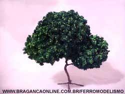 Árvore de espuma com tronco de arame