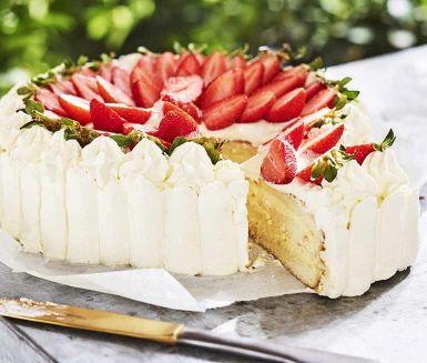 Få saker är lika synonymt med svensk sommar som jordgubbar och fläder! Här bjuder vi på en lyxig gräddtårta med flädersaft och vit chokladkräm. Toppa verket med vispad grädde och jordgubbar så kan du bjuda på en oslagbart klassisk sommartårta.