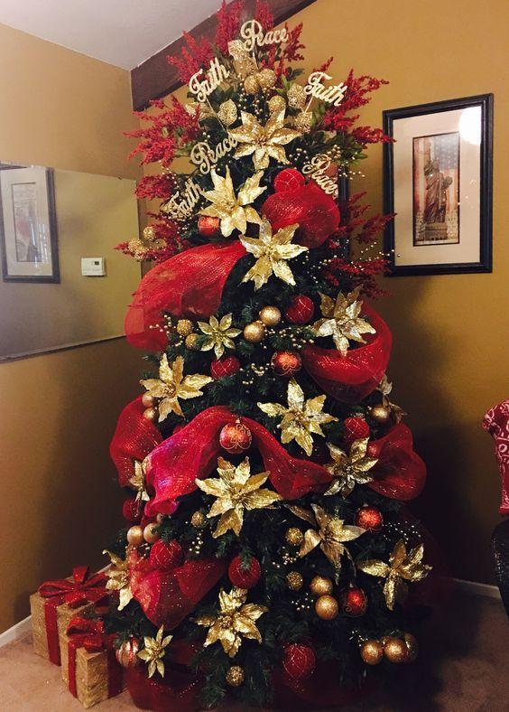 Arbol De Navidad Con Malla Decorativa En Rojo Decoracion Arbol De Navidad Arbol De Navidad Dorado Ideas Para Arboles De Navidad