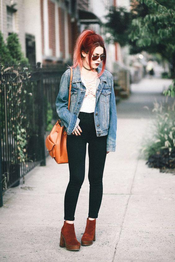 outfits con pantalón negro y botas café