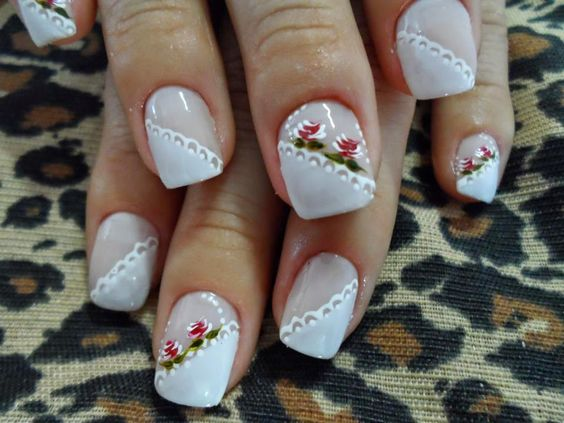 unhas decoradas com rendas branca e base
