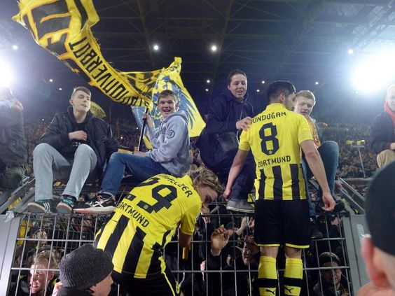 Dortmund außer Rand und Band: Mit zwei Treffern in der Nachspielzeit schaffte der BVB noch den Sprung ins Halbfinale der Champions League. Der Revierclub besiegte im Rückspiel den FC Málaga mit 3:2 Foto: (Federico Gambarini/dpa)