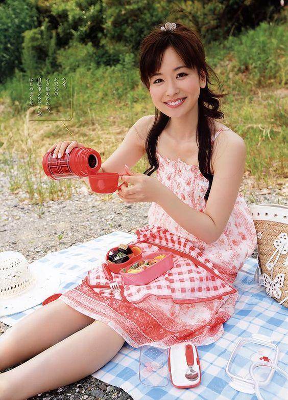ピクニックをしている皆藤愛子