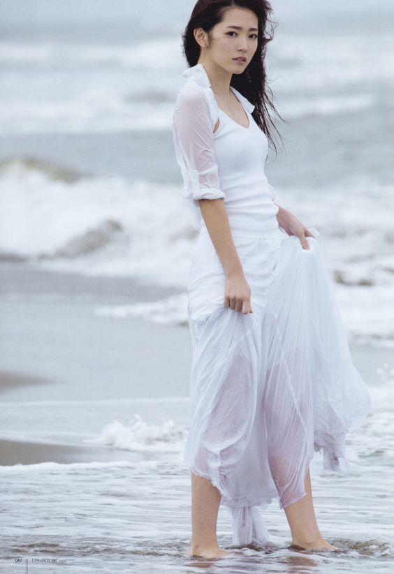 鈴木愛理水辺で白いワンピースが可愛い画像