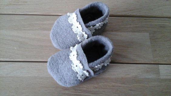Chaussons taupe en laine bouillie et dentelle : Mode Bébé par la-p-tite-bezote