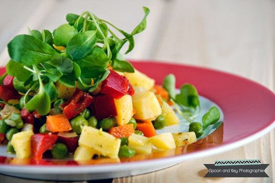 Bunter Kartoffelsalat mit frischer Salatrauke vom Balkon