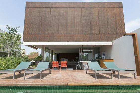 Em meio à Fazenda Boa Vista, no interior de São Paulo, essa casa se destaca pela decoração aconchegante com uma vista incrível para o lago. O projeto foi a