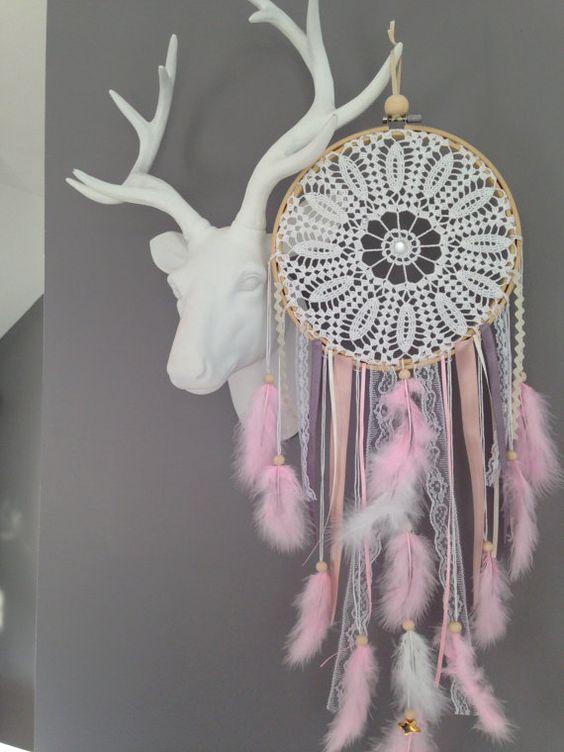 Un sublime attrapes-rêves réalisé entièrement à la main à partir de pièces de dentelles au crochet. Finement travaillé et agrémenté de perles en