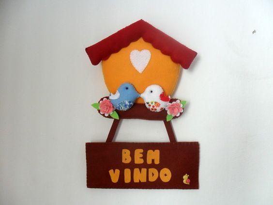 Esperando para ser pendurado na nossa porta!  www.elo7.com.br (linhas e feltro)