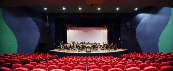 O teatro tem capacidade para cerca de 750 pessoas e possui fosso para orquestra. Ao fundo, a parede é móvel, possibilitando o acompanhamento do espetáculo pelo público ao ar livre