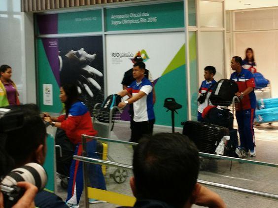 Comediante-maratonista movimenta aeroporto no desembarque no Rio #globoesporte