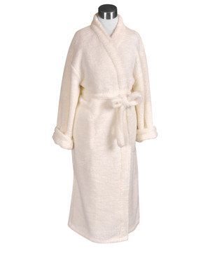 The soft fabric of this robe is just like being wrapped in a cloud. This plushy piece features deep, hidden side pockets and a classic design that'll instantly add a slice of spa-like luxury to the bathroom.