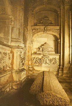 Panteón de reyes de la Catedral de Oviedo Se encuentra ubicado en el interior de la capilla de Nuestra Señora del Rey Casto y en él recibieron sepultura numerosos miembros de la realeza astur-leonesa durante la Alta Edad Media. El primitivo panteón real se encontraba en el interior de la iglesia de Nuestra Señora del Rey Casto, adosada a la Catedral de Oviedo, y había sido construido por deseo del rey Alfonso II el Casto, en el siglo IX.