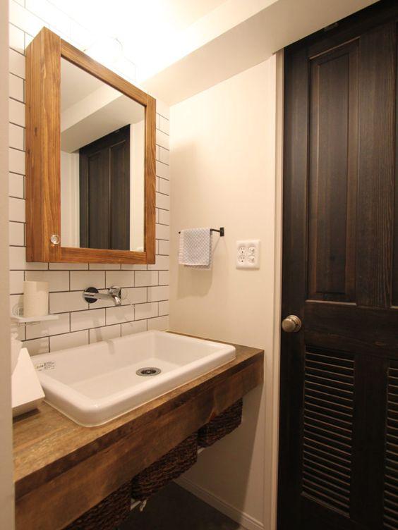 木と黒ないえ バスルーム 洗面台 家