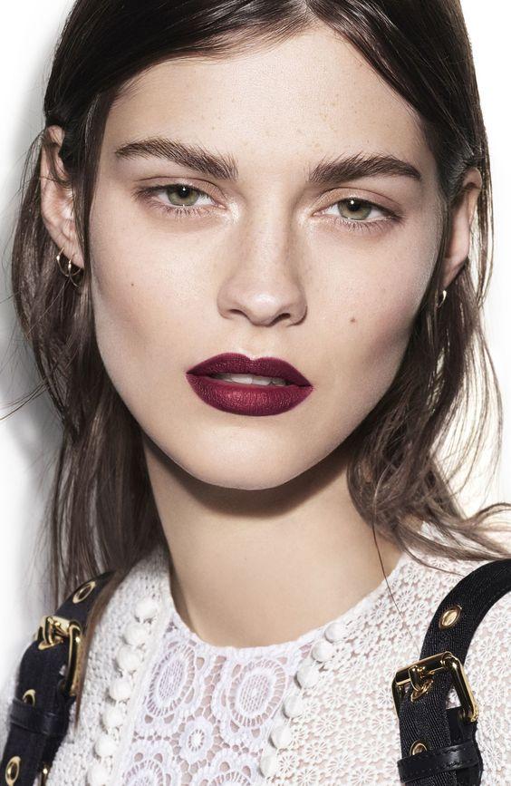 ใช้ลิปสติกสีอ่อนเนื้อประกายมุก หรือไฮไลท์ ลงบนริมฝีปากที่ทาลิปสติกสีเข้ม