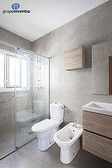 El baño principal cuenta con un lavabo con cajonera incorporada, un inodoro, un bidet y una amplia ducha. #bathroom #Barcelona
