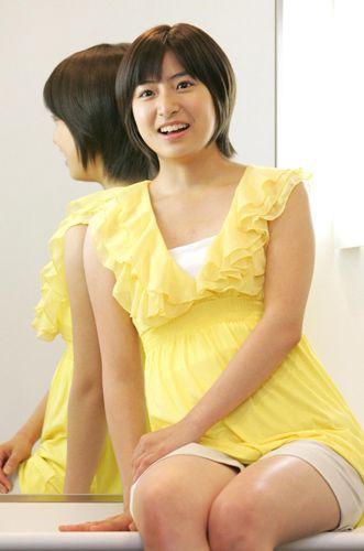 鏡の前に座る南沢奈央