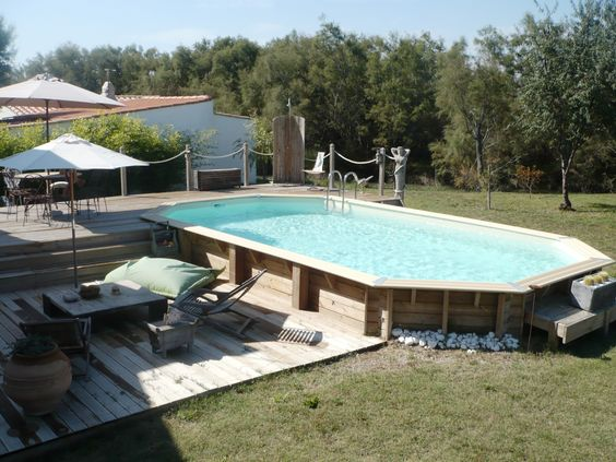 Piscine hors sol en bois semi enterr e avec sa terrasse et for Dimension piscine semi enterree