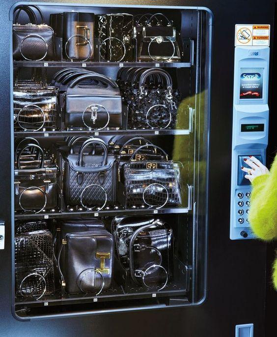 Een vending machine met designer handtassen voor het uitkiezen.