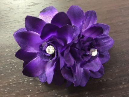 Mooie haarknip met 2 bloemen en kristalletjes, om opgestoken of ingevlochten haar te decoreren.  Beschikbaar in 3 kleuren: Wit, Roze en Paars    €4,95 excl. verzendkosten    !! Bestellen kan op dit moment alleen via: mirjamkniptt@gmail.com !!