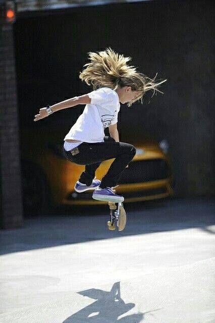 女の子がスケートボード披露