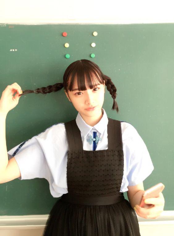 制服風の衣装で三つ編み可愛い兎遊
