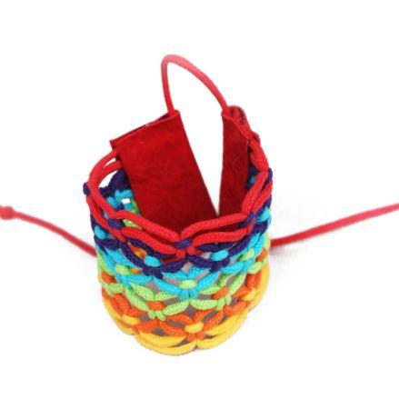 Feira Hippie de Ipanema - Pulseira cadarço colorido - Pulseira confeccionada com fios coloridos de cadarço enceirado, arrematada com couro.