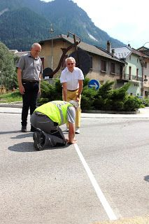 Jan Janssen et le Maire de Modane Valfréjus Jean Claude Raffin trace la ligne de départ de la dernière étape du #Tourdefrance : Modane Valfréjus / l'Alpe d'Huez le 25 Juillet prochain.