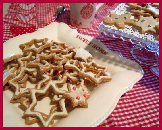 #christmas #cookies  Piovono biscotti anche oggi! Prepariamone tantissimi per il Natale...  Scaldate il forno a 180° c, mondate il burro morbido in una ciotola con 120 gr. di zucchero di canna e 120 gr. di zucchero semolato.  incorporate 2 uova e 1 tuorlo.  amalgamatevi 275 gr. di farina 00, 1/2 bustina di lievito per dolci e 1 bustina di vanillina.  Stendete l'impasto, ricavate tante stelle con il tagliabiscotti, grandi e piccole.  Infornate 10 min. fate raffreddare e decorate con la…