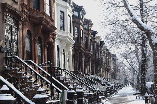 懐かしい、アメリカのタウンハウスの景色!    sophie-love-w:    love has again conquered my mind. i love snow, even more when i'm inside with hot chocolate.