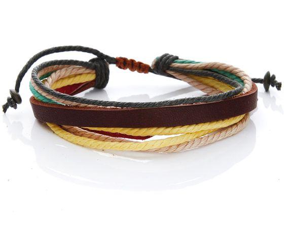 Das Armband ist super bequem und besteht aus einem Lederband sowie aus dazu passenden, geflochtenen Stoffbändern. Da es ein Zugband hat passt es um jedes Handgelenk, ganz egal wie klein oder wie groß das Handgelenk ist. Das Armband ist das Top-Accessoire für diesen Sommer, ideal um es sich selbst und gleichzeitig einer Freundin oder einem Freund zu schenken. Es ist cool, lässig und easy! #ethno #boho #festivalstyle #coachella
